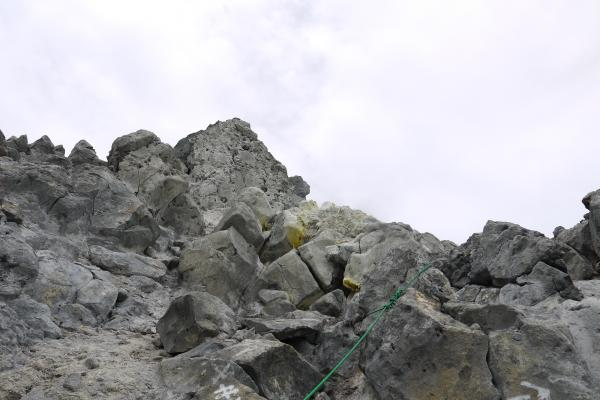山頂直下は石ザレ 山頂直下は石ザレ 焼岳山頂からは穂高連峰が一望できます   登山用品・アウトド